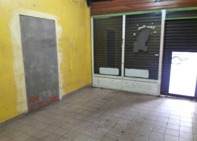 EXCELENTE LOCAL COMERCIAL SOBRE CHILAVERT (CENTRO COMERCIAL DE VILLA LUGANO) 20 M2 APROX IDEAL VARIOS RUBROS